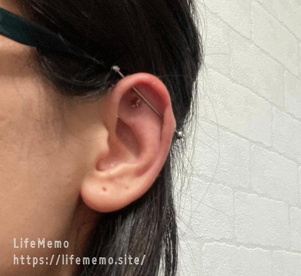 左耳の軟骨ピアスの位置